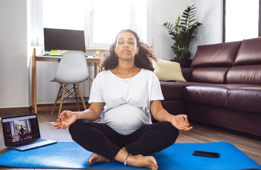 Meditação. Mulher grávida medita