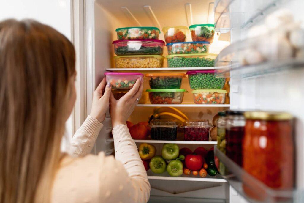Alimentação saudável_ Mulher congela alimentos
