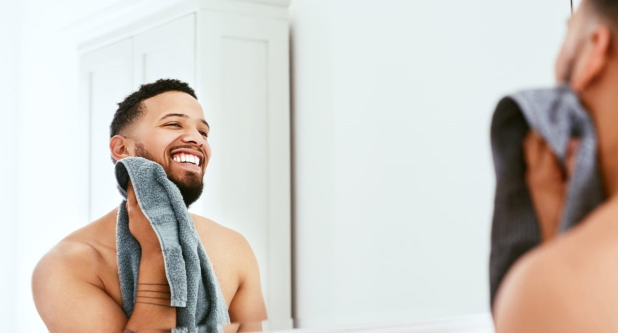Cuidados com a barba. Homem cuida da barba