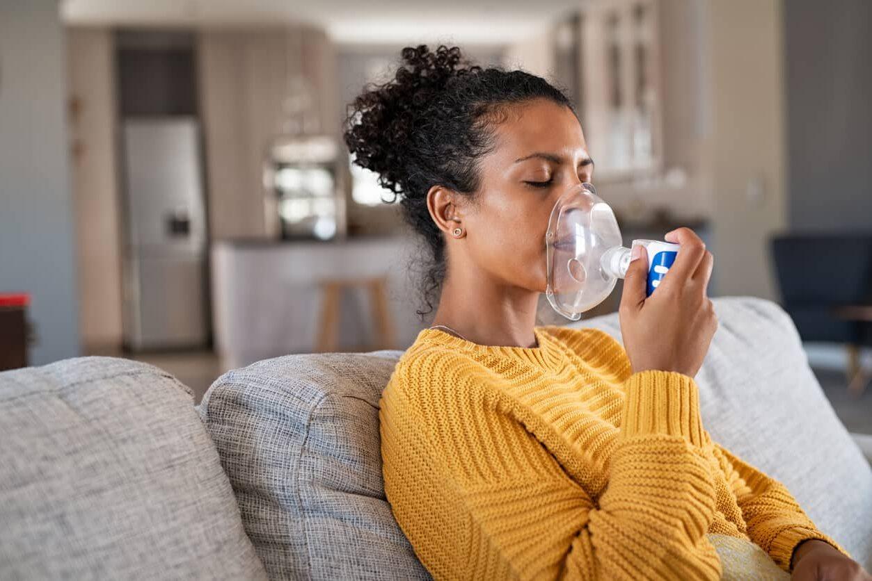Dia Mundial da Asma, mulher usando nebulizador