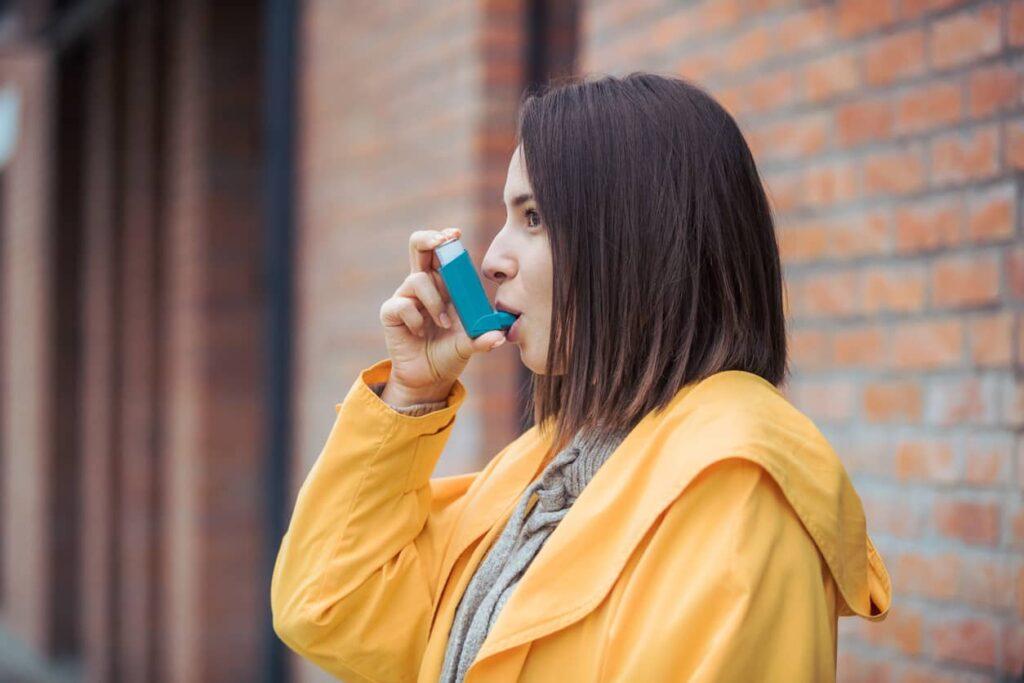 Dia Mundial da Asma, mulher usando medicação de resgate