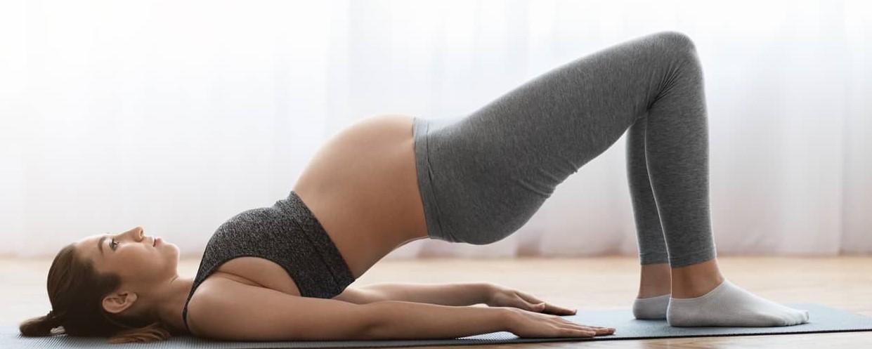 Mulher grávida faz exercícios