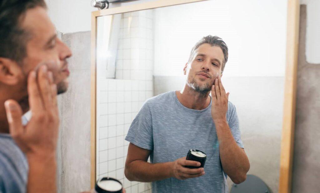 Homem passa creme na barba