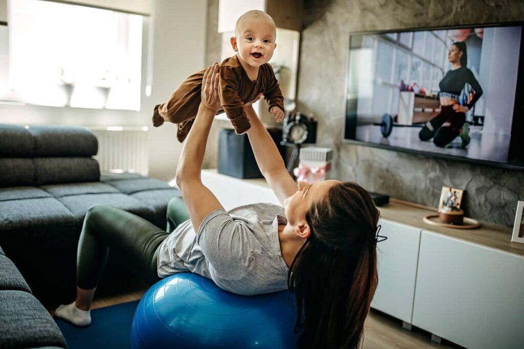 Mulher se exercitando com bebê pós parto