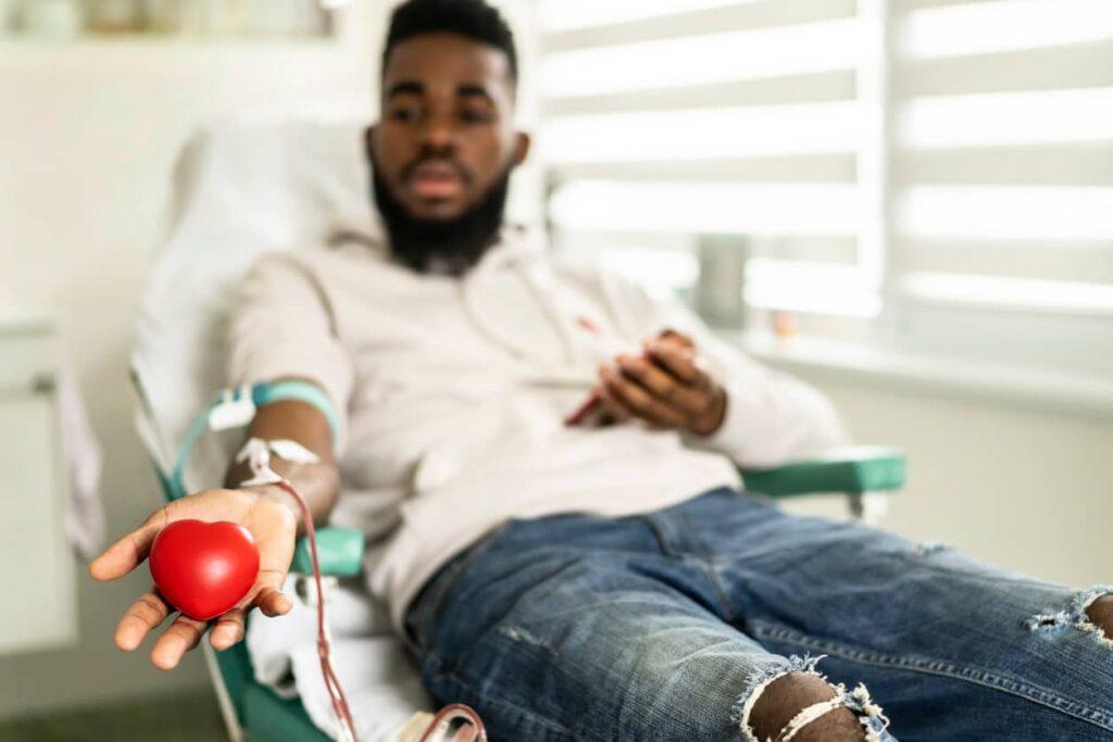 Homem doando sangue