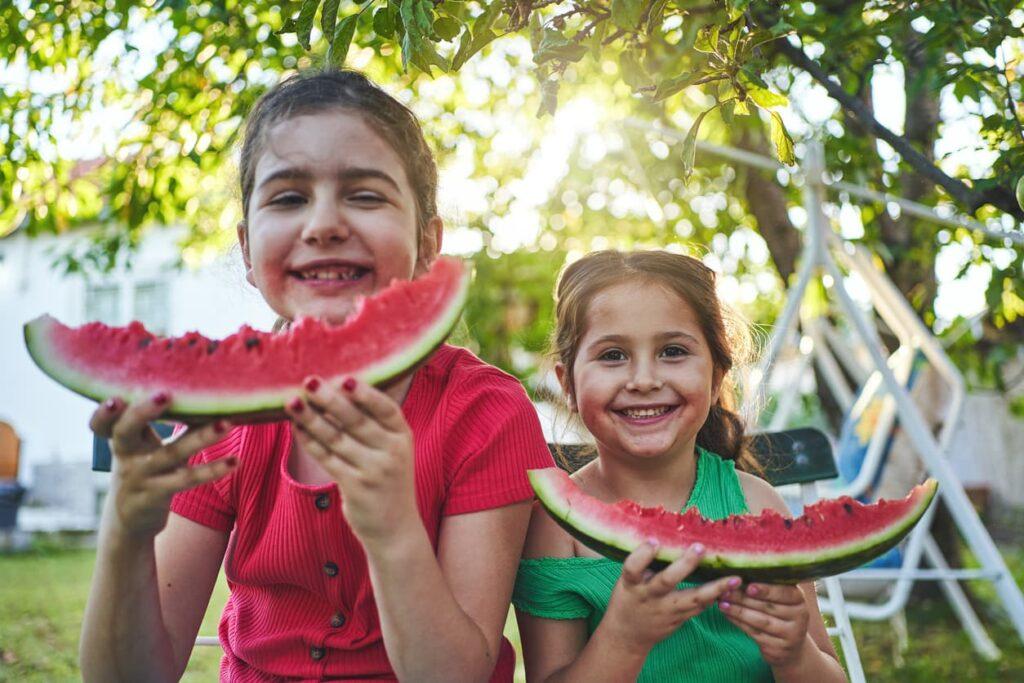 Obesidade infantil, crianças comem frutas