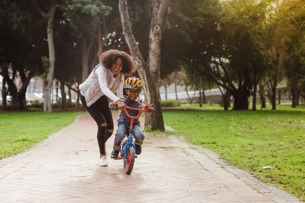 Obesidade infantil, mãe e filho praticando atividade física
