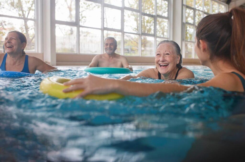 Atividades para idosos. Idosa exercícios na hidroginástica