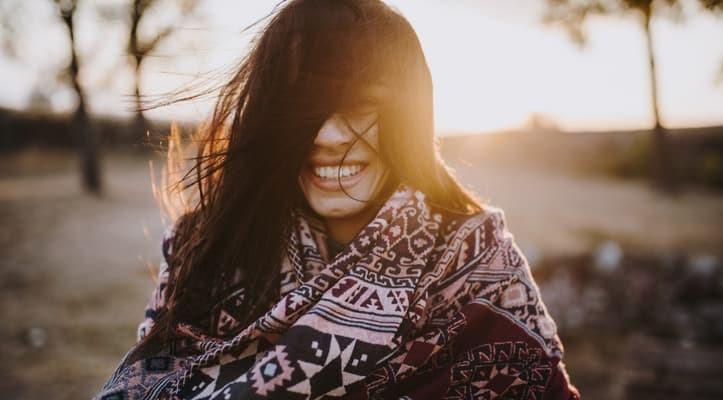 Cabelos no inverno, mulher com cabelos ao vento