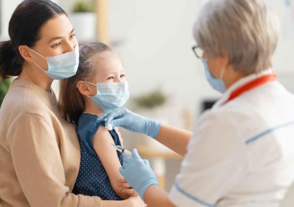 Dia do Pediatra, menina toma vacina