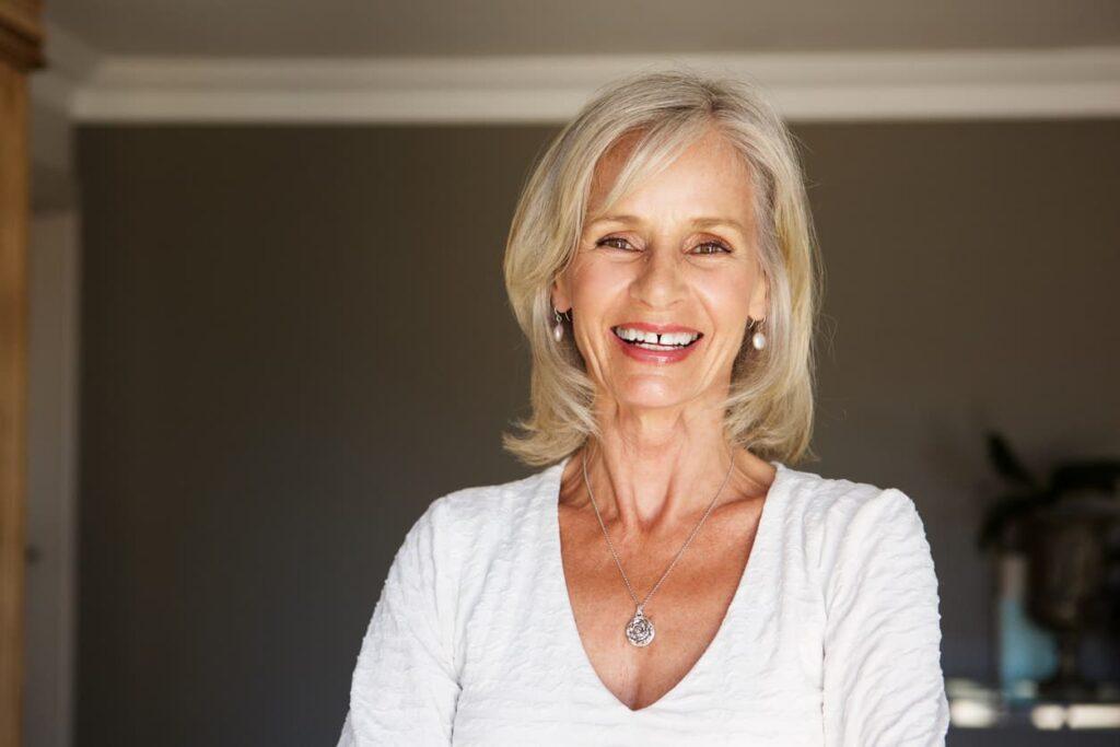 Fio brancos, mulher feliz com seus cabelos grisalhos