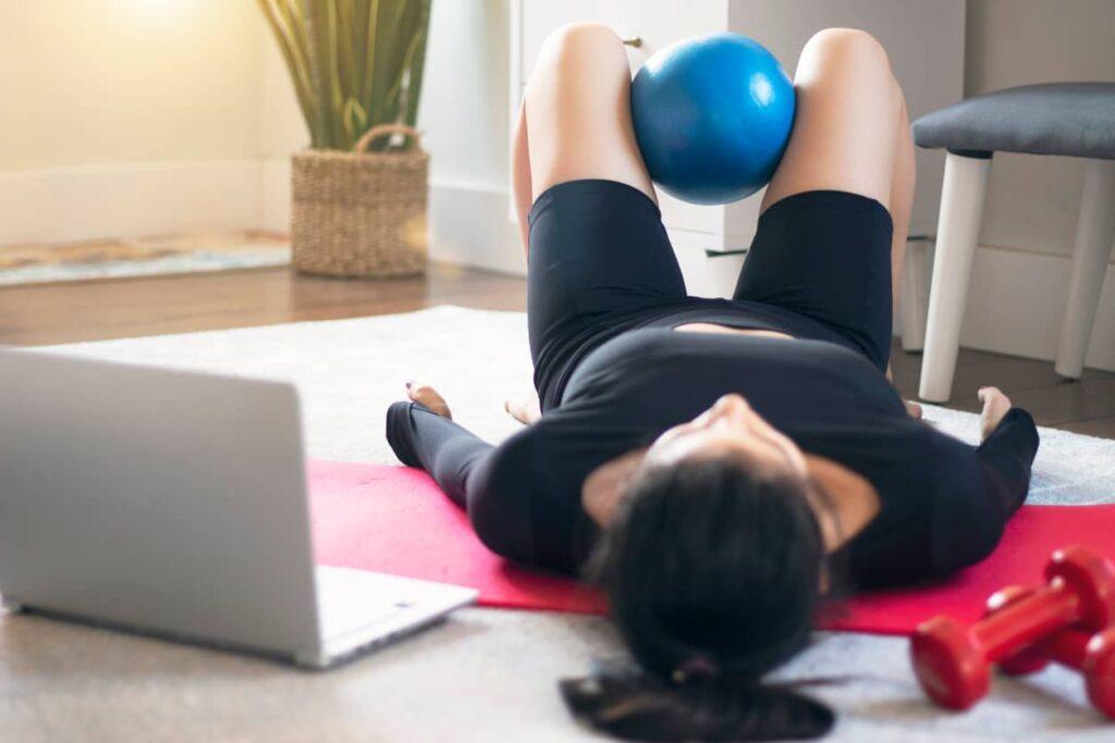 Incontinência urinária, mulher realiza exercícios