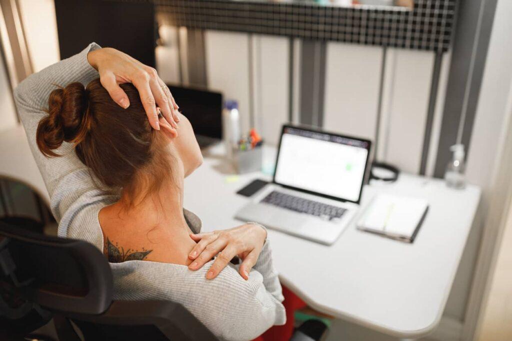 Lesão por esforço repetitivo, mulher sente dor no pescoço